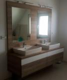 Koupelna v kombinaci laminátu s bílým leskem