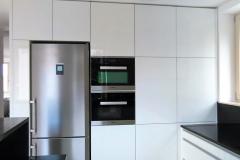 Kuchyně ve vysokém bílém lesku