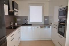 Moderní kuchyně bílý lesk + černá
