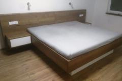 Manželská postel s propojenými nočními stolky